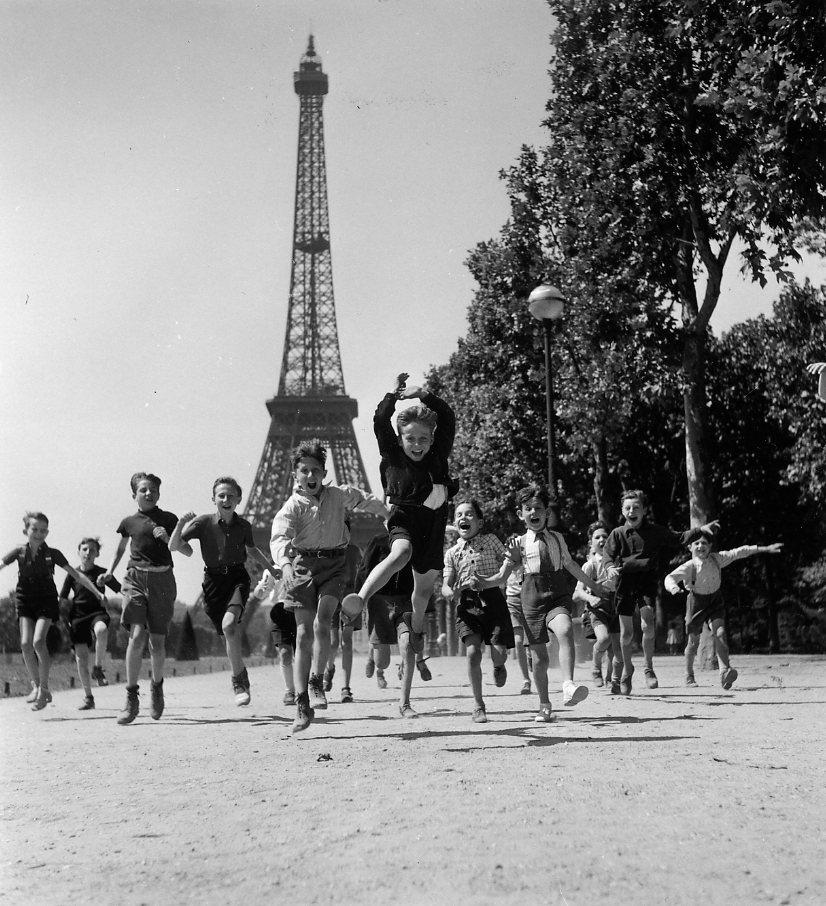 Robert doisneau paris and tour eiffel on pinterest for Les photos de paris