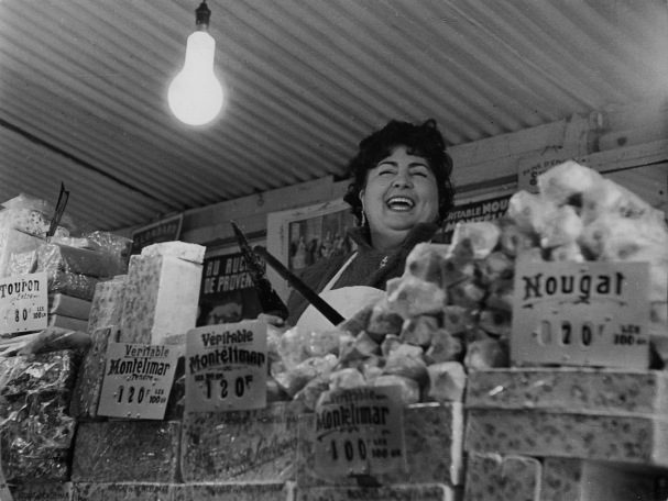 http://www.robert-doisneau.com/ressources/photo/2/diaporama,500-La-marchande-de-nougat,Paris-1950.jpeg