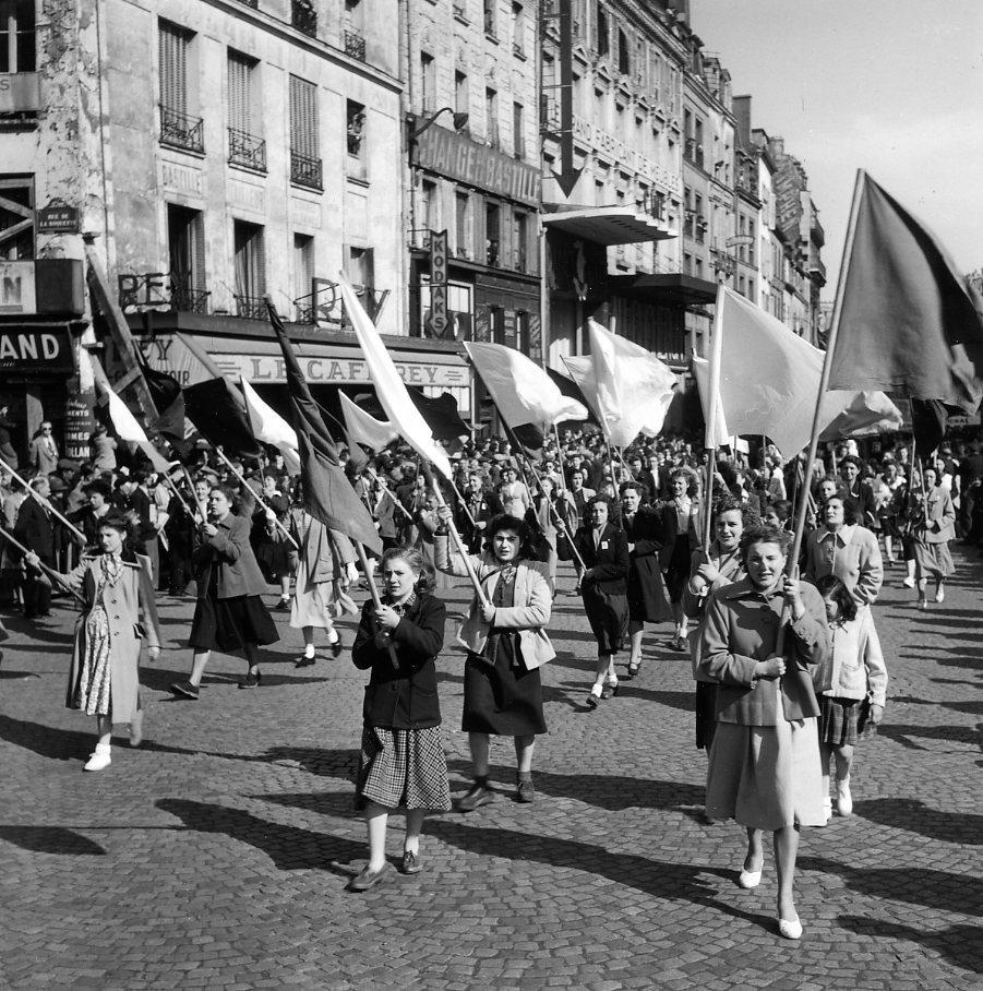 A la poursuite des images de Robert Doisneau en vue Street View 930x,2019-8-Manifestation-rue-du-faubourg-du-